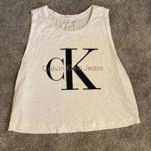 Snyggt calvin Klein linne i storlek L (liten i storleken) sparsamt använd, 50kr + porto