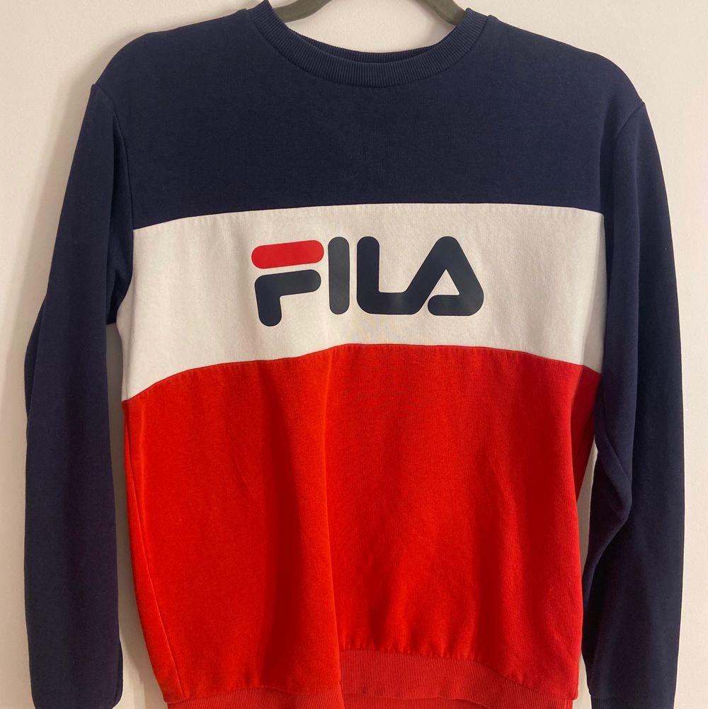 Super fin Fila sweatshirt som tyvärr inte kommer till användning längre. Storlek 164 (xs). . Tröjor & Koftor.