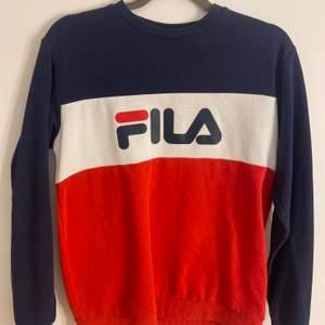 Super fin Fila sweatshirt som tyvärr inte kommer till användning längre. Storlek 164 (xs).