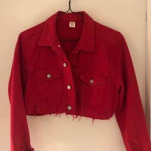 Röd croppad jacka från H&M, storlek 44 men sitter som en 38 då den är ganska kort 🤍