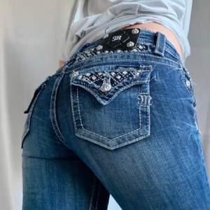 Skiiit snygga lowwaisted jeans från miss lee, jätte fin ficka och sitter super bra. Passar från 165 till 175. Säljer pga de Inte riktigt är min stil. Köpare står för frakt❤️ budgivning sker i komentarerna (lånad bild) köpt här på Plick❤️ (hjälper en vän)