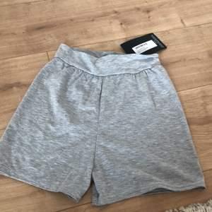 Ett par grå mjukis shorts från prettylittlething. Säljer pga för små. Dem är i storlek 38 men skulle säga dem passar någon med måtten 34/36. Endast testade. Frakten ingår i priset