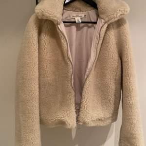 Säljer min jättefina Teddybear jacka som jag köpte förra hösten. Sitter hur fint som helst och är sparsamt använd och i väldigt bra skick. Obs! Frakten ingår inte i priset