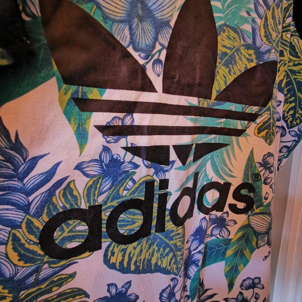 Adidas linne! Jag har använt linnet som oversize. Passformen är rak och neutral. Storlek Medium/Large. Plagget kan skickas med frakttillägg.. Toppar.