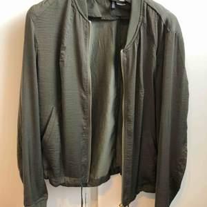 Likadan blus/ jacka från hm som den svarta. Militärgrön med guld detaljer. Silke liknade material