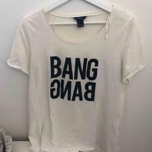 Vit t-shirt med tryck på (BANG BANG) från lindex. Frakt 36kr