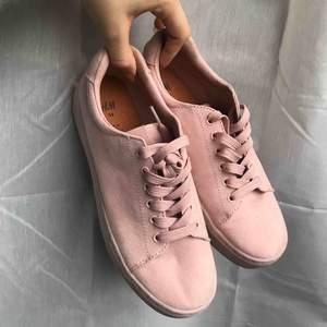 Superfina mocca skor, perfekt färg nu till hösten. Frakt: 63kr, skriv ifall du har frågor😊❤️