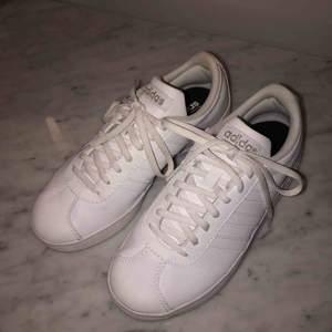 Vita Adidas skor i storlek 36,5, köpta i somras och använts 3 gånger. Fått liknande nya så säljer dessa. Dem är i bra skick och bekväma. Kommer med lådan från när de köptes. Har ni frågor eller vill ha mer bilder så är det bara att skriva:)