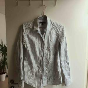 Skjorta GANT vit/blå-randig. Mycket gott skick (men behöver strykas)