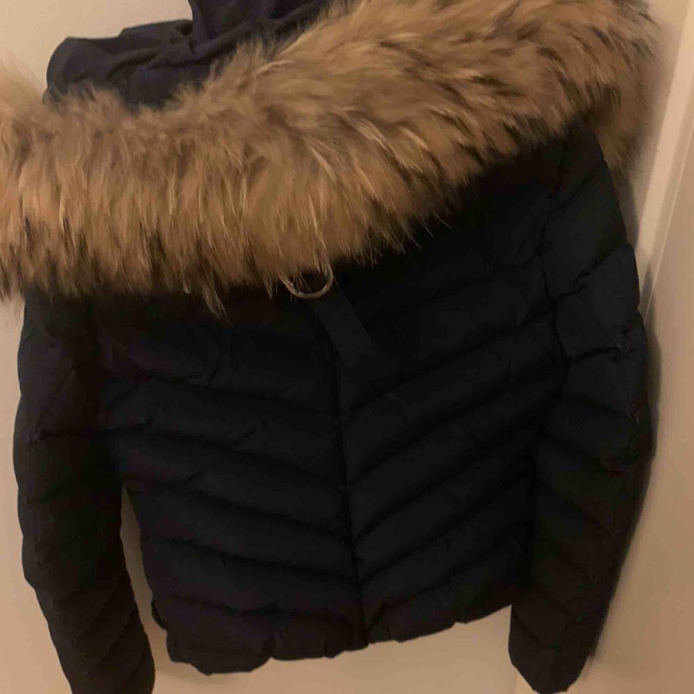 Hollies jacka i inprincip ny skick💕 marinblå med avtagbar päls. Köptes för ca 3800 kr i vintras. Kontakta om du är intresserad. Jackor.
