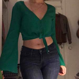 Snygg grön topp/blus från Bershka! Står storlek M men passar mig som är XS-S också.