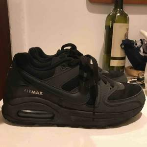 Säljer mina svarta Nike airmax skor, pga för stora för mig. Endast använda ett fåtal gånger, och inköpta för 1000 kronor så riktigt bra pris☺️☺️ FRI FRAKT!