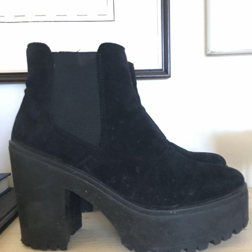 Platå skor i mocka 38.  Finns att hämta i slussen eller kan skickas med posten . Skor.