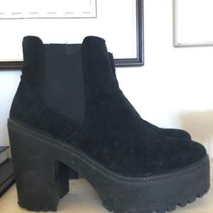 Platå skor i mocka 38.  Finns att hämta i slussen eller kan skickas med posten