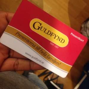 Presentkort från Guldfynd laddat med 500kr. Då jag inte har ett behov av att köpa smycken så säljer jag kortet. Jag följer såklart med till butik för att säkerställa att pengar finns på kortet.