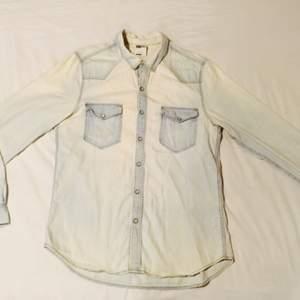 Regular fit Ljus sjeansskjorta med pärknappar, knappt använd.