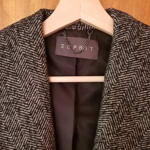 Esprit jacka. Används bara en gång. Helt ny. Säljer p.g.a hänger bara i garderoben. Original pris 1500 kr.