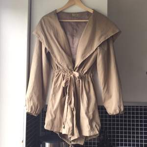 Loose-fitting camel trenchcoat. Bought in Bangkok at Workshop from the brand 'tree'. Very comfortable fit in light soft material. Ties around the waist. Worn a couple of times but still in top condition.  Can pick-up in Stockholm or can send as a package with added delivery charge.