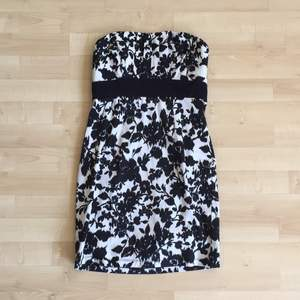 blommig svartvit klänning i kort modell🌸 resår och dragkedja i ryggen, lite vadderad vid bysten