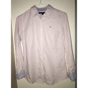 Skjorta från Tommy Hilfiger med lila ränder och blårandigt innerfoder.