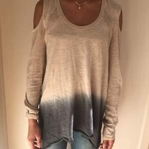 DKNY tröja i storlek XS, passar även S då den är lite oversize  Betalning sker via swish  Köparen står för frakt Kolla gärna mina andra aktioner