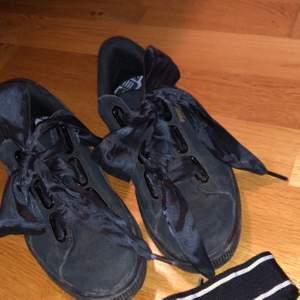 """Säljer mina puma skor, använda 1 gång, ser väldigt smutsiga ut på bilden men det är bara """"damm"""" så går att borsta bort. Frakt ingår inte och priset kan diskuteras vis snabb affär!🥰 skriv för fler bilder. Frakt ingår ej!❤️"""