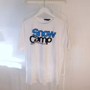 Go vintage T-shirt från Snow Camp i Gött skick! Storlek:XLDirekt pris: 20, Skriv buden till mig privat eller kommentera på bilden!  Kan även mötas upp mellan Varberg & Göteborg Köpare står för frakten (Du bestämmer vilket paket så länge det uppfyller vikt och storleks kraven)