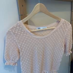 En fin rosa topp från Zara, använd några få gånger, säljer pga att jag rensar min garderob. Ordinarie pris: 300kr Storlek: m Passar mig som är storlek xs/s Hör av er vid intresse eller för mer bilder♡  Pris är exklusive frakt. Frakt kostar 44kr
