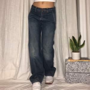 Svinsnygga baggy jeans med coola bakfickor från Replay! Size 30, midja 87cm, innerbenslängd 82cm🙌🏻 passar waist 27-30 ✨