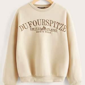 Säljer min helt oanvända sweatshirt eftersom jag köpte två storlekar och denna var flr liten 150kr+ frakt