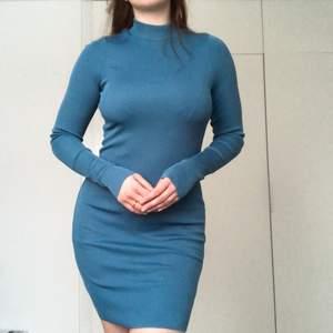 Snygg ribbad klänning i färgen teal som framhäver kroppen på ett snyggt sätt. Passar perfekt till fester. Riktigt stretchig eftersom den är ribbad så den passar alltifrån SX-L. Endast använd två gånger.