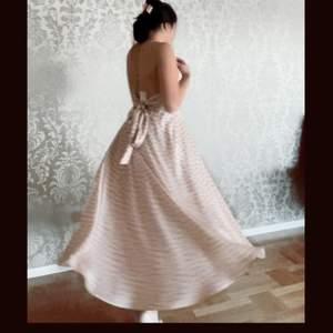 En fin klänning som faller vackert över kroppen. Tyvärr för stor på mig runt midjan. Helt ny aldrig använd och prislapp finns kvar! Köpare står för frakt. Hör av er vid frågor✨