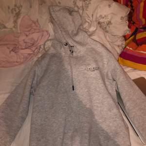 En grå hoodie jag knappt använt, den är fin och det är inget speciellt märke. Ni kan såklart be om fler bilder och pris kan diskuteras