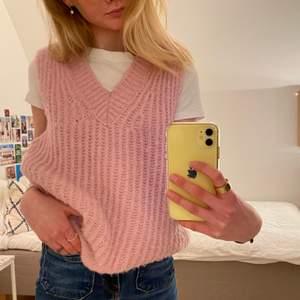 Säljer min fina rosa, stickade väst från Design by si.😊 Västen är i st S/M men passar även bra på en mindre storlek!! 🤩Västen är i bra skick och är både skön och snygg 🤩 🤩