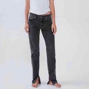 Söker dessa grå/svarta jeansen med slits från Zara! I storleken 34