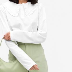 Säljer denna helt oanvända (endast provade) långärmade tröjan med trendig krage! Storlek XXS men skulle säga att den passar XXS-S. 100% bomull.