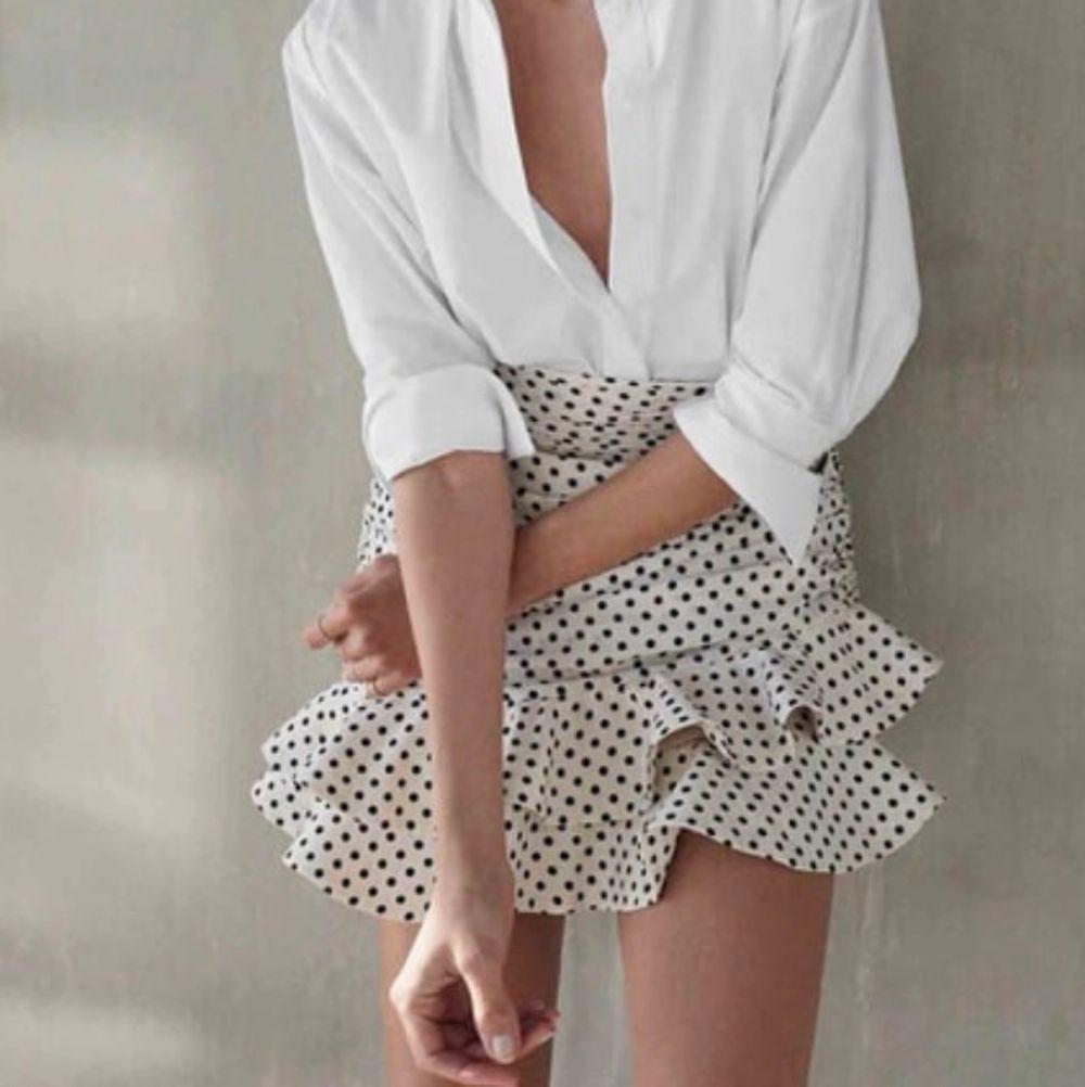 Funderar på att sälja denna riktigt söta kjolen från zara då jag inte är säker på att den är min stil. Den är helt ny med prislapp kvar! Köpt för 559kr. . Kjolar.
