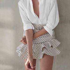 Funderar på att sälja denna riktigt söta kjolen från zara då jag inte är säker på att den är min stil. Den är helt ny med prislapp kvar! Köpt för 559kr.