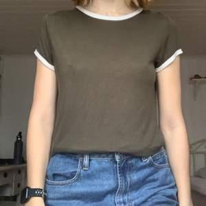 En fin tshirt med vita kanter. Bra skick! Passar mig som har S och M
