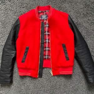 Säljer min as balla baseballjacka / collegejacka❗️❤️ Röd med svarta läder armar.Använd ett fåtal gånger, därav inga slitningar! Nypris 1000kr