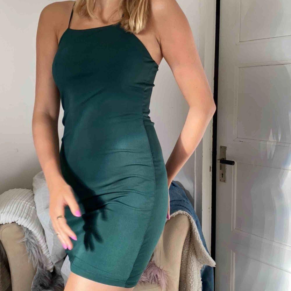 Snygg grön färg på en snygg klänning från bikbok köpare står för frakt 44kr. Klänningar.