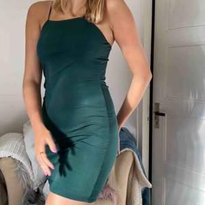 Snygg grön färg på en snygg klänning från bikbok köpare står för frakt 44kr