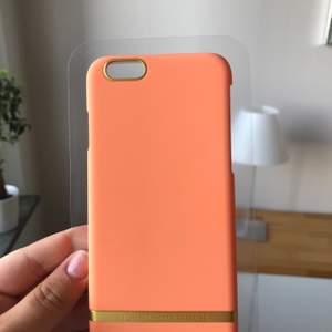 Aprikosfärgat mobilskal från Richmond & Finch som passar iPhone 6 och jag antar andra iPhones i samma storlek. Helt nytt och har aldrig använt.  Ordinarie pris 300kr. Frakt tillkommer på 20kr