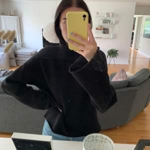 Varmaste tjocktröjan jag äger som kommer från BikBok. Den har långa och lite vidare ärmar (se bild 2). Strl XS men skulle säga att den passar mer som en S. Frakten är inräknad i priset