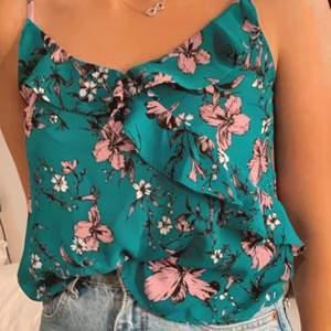 Ett fint blommigt linne från ginatricot! Säljer pga kommer inte till användning