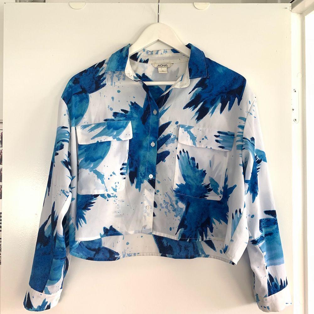 Super fin croppad skjorta från Monki med tunnt tyg. Min favoritskjorta för ett par år sen🥺 . Skjortor.