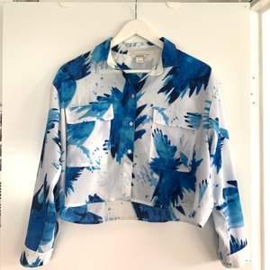 Super fin croppad skjorta från Monki med tunnt tyg. Min favoritskjorta för ett par år sen🥺
