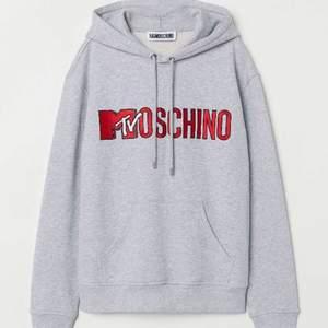 Säljer min jättefina moschino hoodie. Budaaa!!