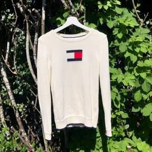 Vit äkta Tommy Hilfiger tröja i st. XS, använd fåtal gånger🤍 Säljer den för 130🤍 Frakt tillkommer.