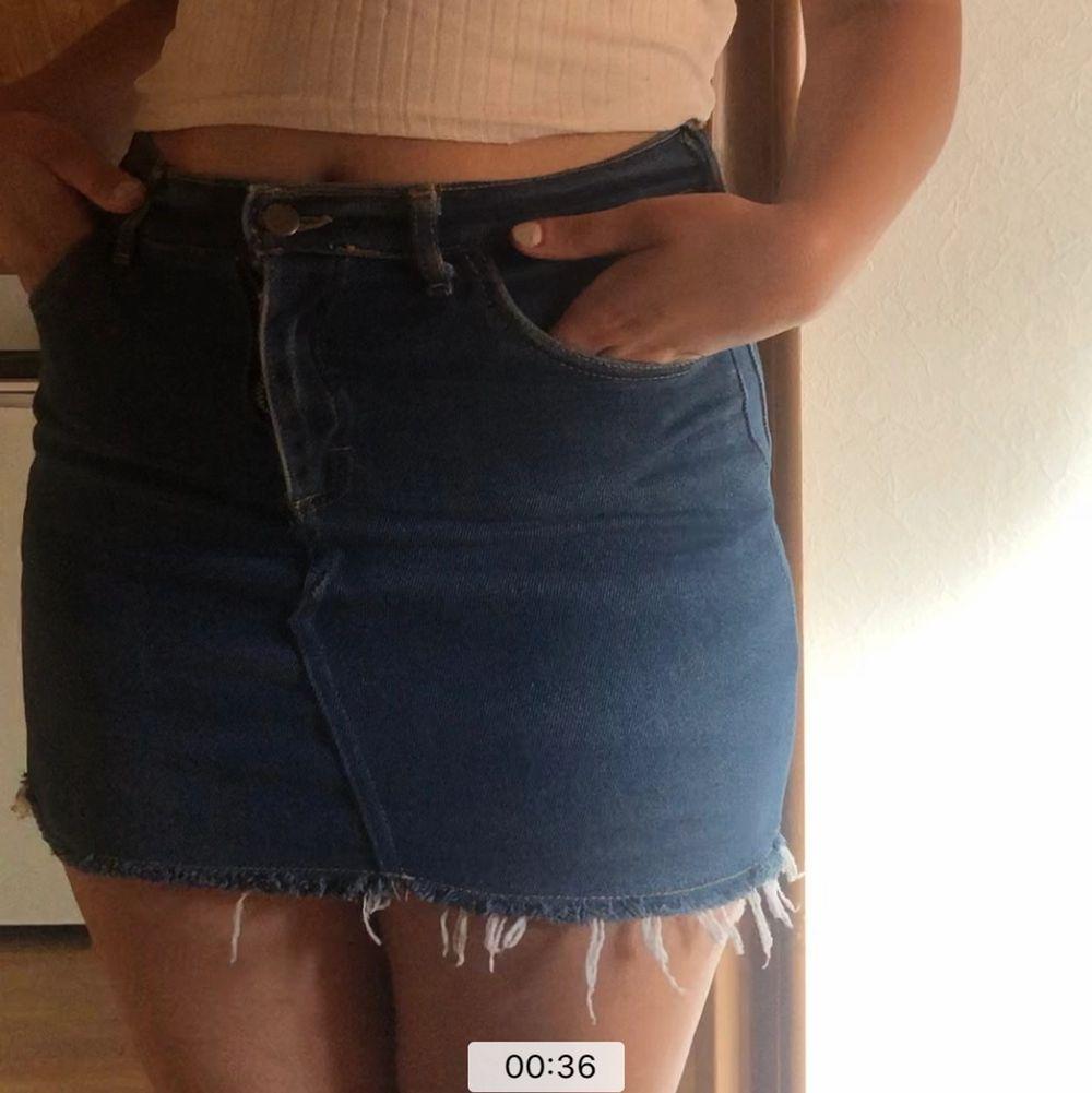 Lee kjol köpt i en vintage butik i korea ca 2-3 år sen, ganska stretchiga material men tyvärr är den lite för kort för min smak och därmed använt ca 5 ggr. Hittar ingen storlek men skulle säga att den är mellan s-m. Jag är ca 163 cm.. Kjolar.